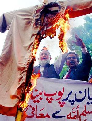 20060922104101-musulmanes-quemando-cruces.jpg
