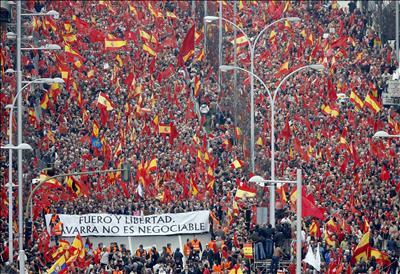 """Cien mil personas en Pamplona dicen """"stop"""" a Zapatero"""